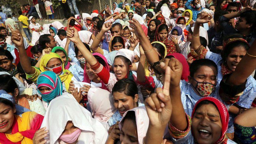 Tekstilarbejdere protesterer i gaderne i Dhaka, hovedstaden i Bangladesh. Foto: Mohammad Ponir Hossain/Reuters/NTB Scanpix